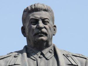 Установить памятник И.В. Сталину на площади перед Домом Правительства