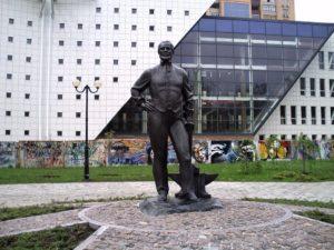 Установить памятник Джону Хьюзу на площади перед Домом Правительства